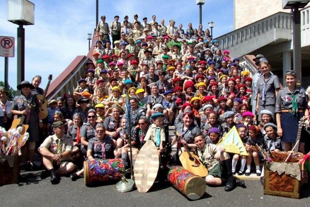 2013.07 USA Kolonia Stas i Nel - Tradycyjnie wspólne zdjęcie na schodach Sanktuarium Matki Boskiej Częstochowskiej