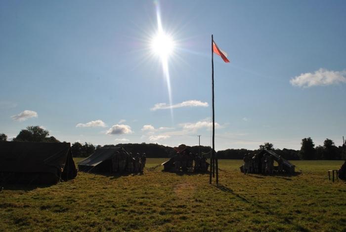 2014.09 Obóz 2ki_slonce przy apelu